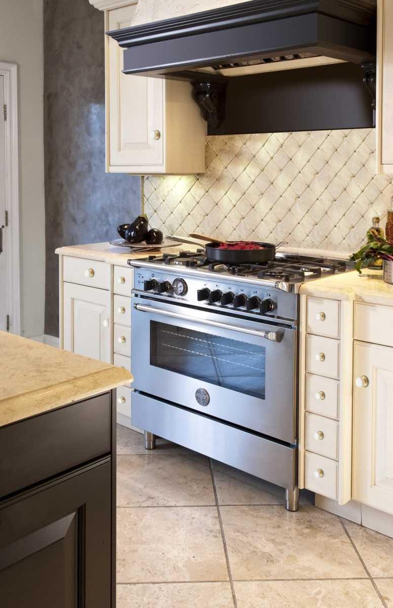 Кухня с газовой плитой: особенности дизайна, фото готового ремонта